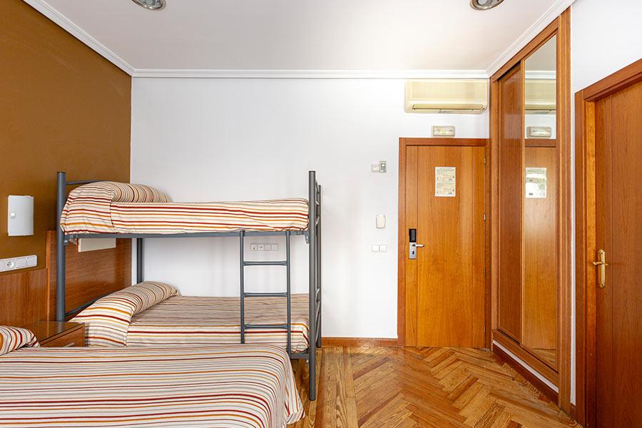 Habitación cuádruple Hostal Abadía Madrid centro con aire acondicionado y calefacción