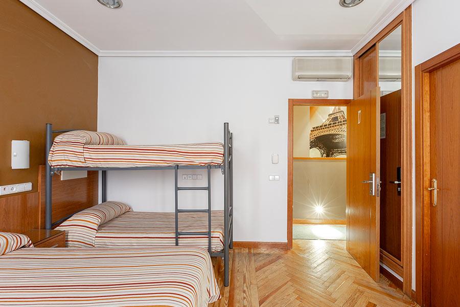 Habitación cuádruple Hostal Abadía Madrid centro con armario