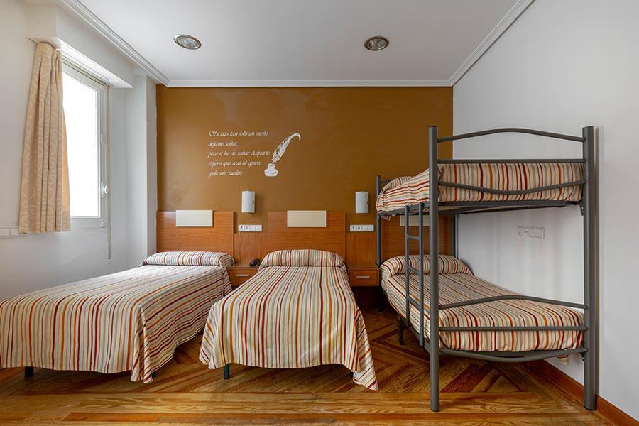 Habitación cuádruple Hostal Abadía Madrid centro Formato dos individuales y una litera de dos camas