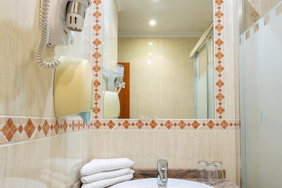 Habitación cuádruple Hostal Abadía Madrid centro Baño privado con secador de cabello