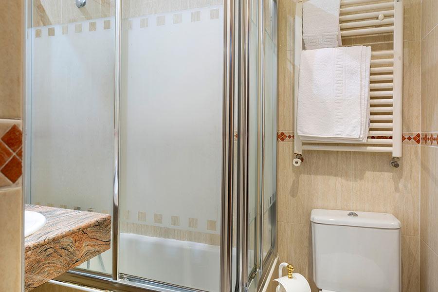 Habitación cuádruple Hostal Abadía Madrid centro con baño privado con ducha