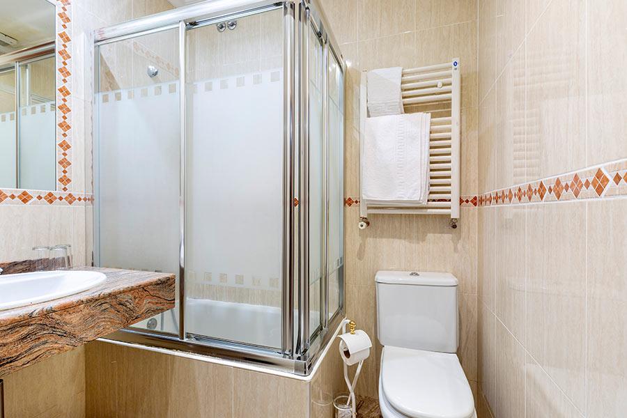 Habitación cuádruple Hostal Abadía Madrid centro con baño privado en la habitación