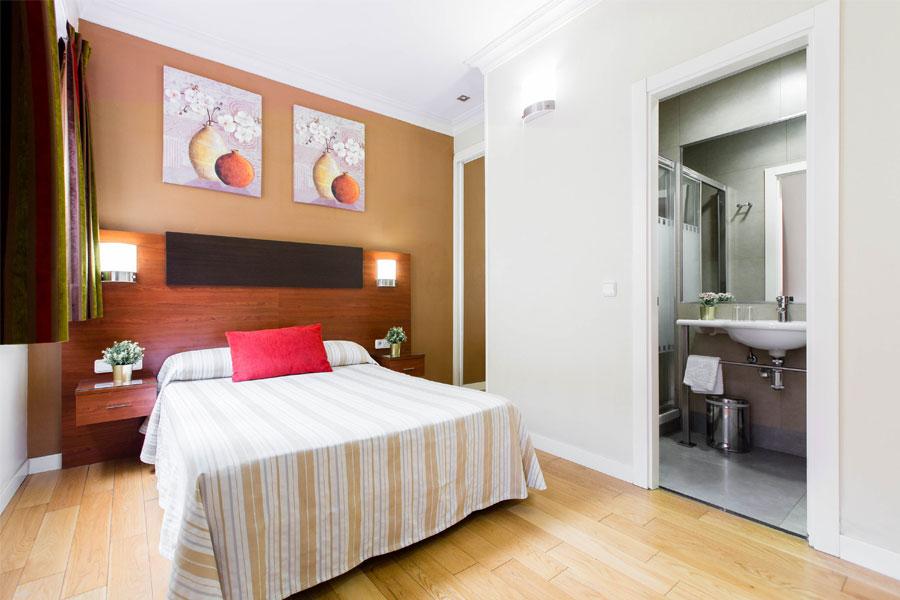 Habitación doble Hostal Abadía Madrid centro con cama matrimonio