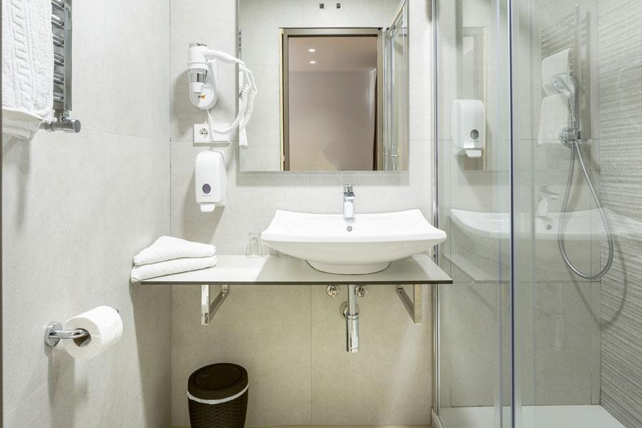 Habitación doble Hostal Abadía Madrid centro con baño privado dentro habitación