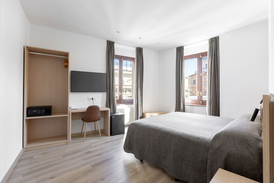 Habitación doble Hostal Abadía Madrid centro con mesa escritorio