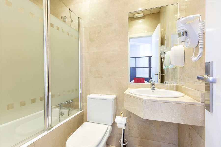 Habitación doble Hostal Abadía Madrid centro con secador de pelo