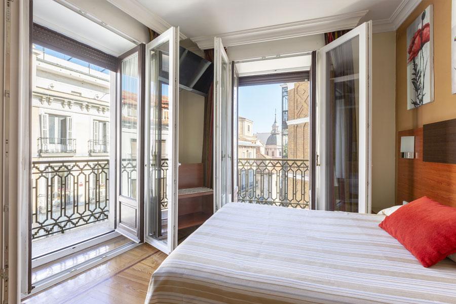 Habitación doble Hostal Abadía Madrid centro con gran luminosidad