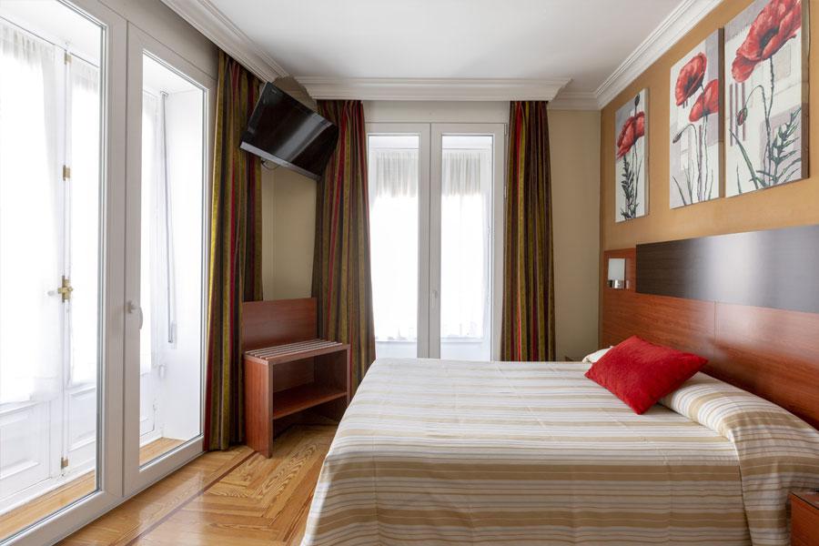 Habitación doble Hostal Abadía Madrid centro con televisión (TV)
