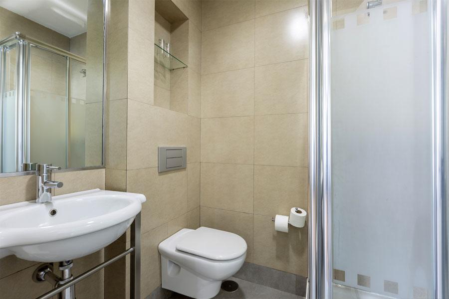 Habitación doble Hostal Abadía Madrid centro con baño de uso privado