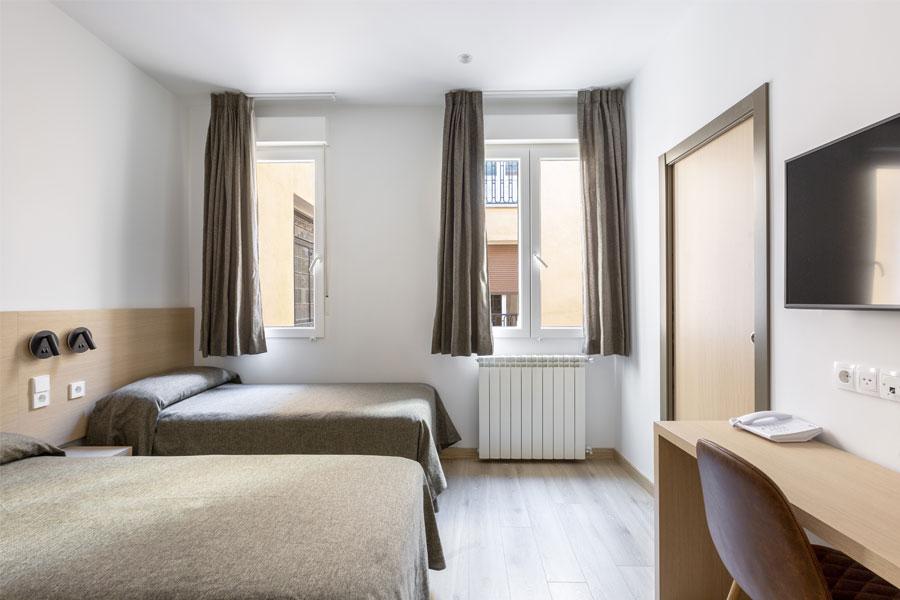 Habitación doble 2 camas Hostal Abadía en Madrid centro con Calefacción y gran luminosidad