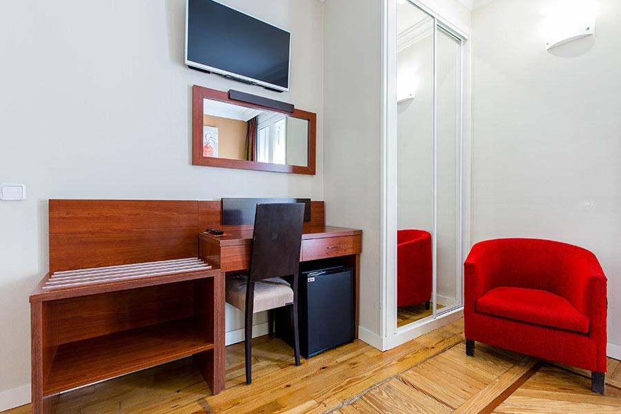 Habitación doble 2 camas Hostal Abadía en Madrid centro Escritorio, Minis nevera y TV