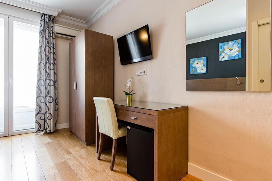 Habitación doble 2 camas Hostal Abadía en Madrid centro Escritorio, WIFI y TV