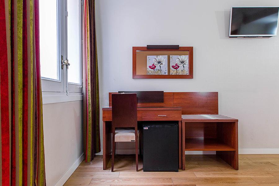Habitación doble 2 camas Hostal Abadía en Madrid centro con Escritorio y Mini nevera