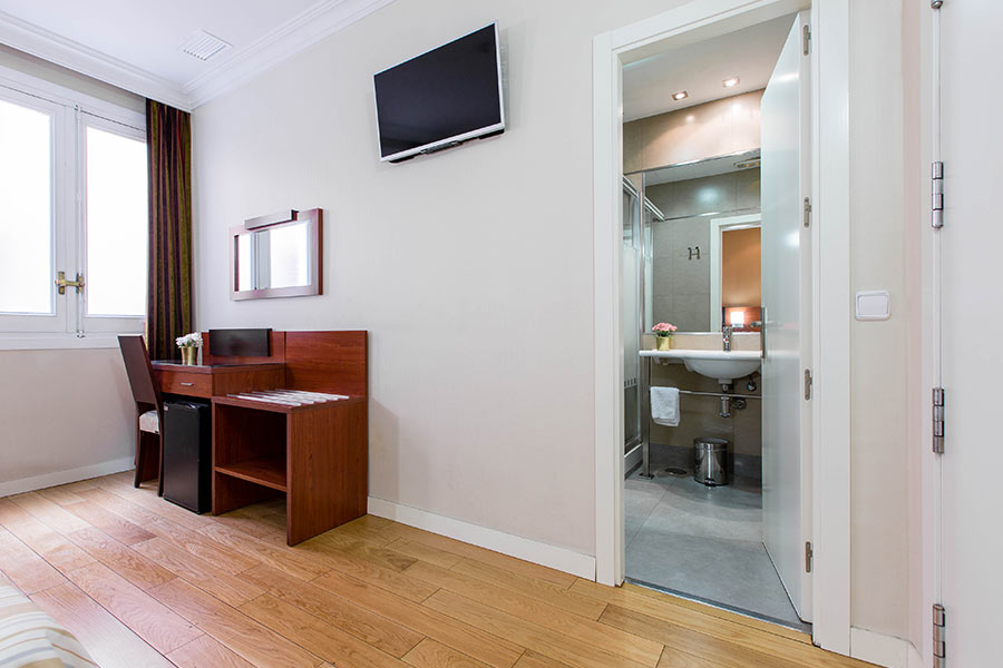 Habitación doble 2 camas Hostal Abadía en Madrid centro Cuarto baño dentro de la habitación