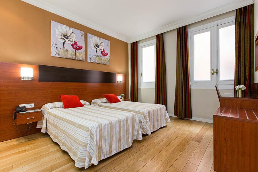 Habitación doble 2 camas Hostal Abadía en Madrid centro con Escritorio