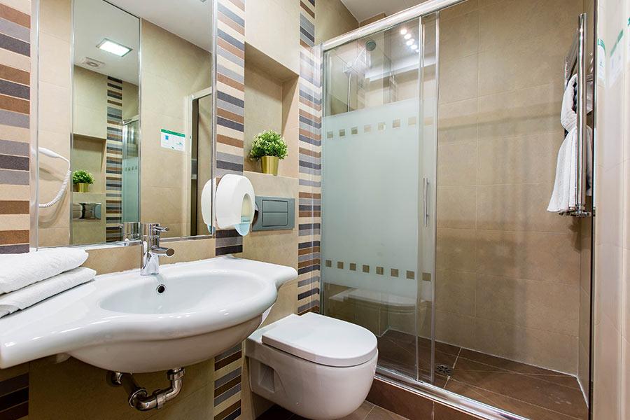 Habitación doble 2 camas Hostal Abadía en Madrid centro con Bañera