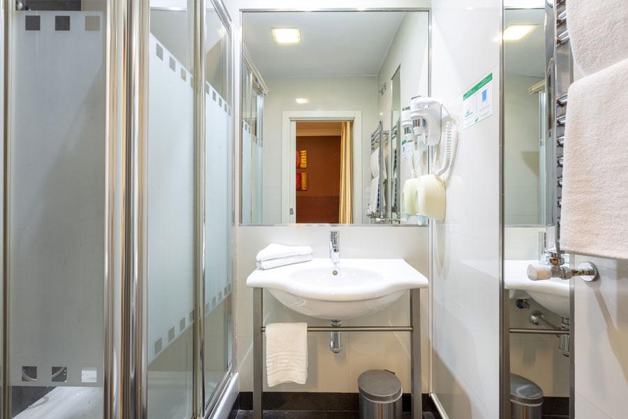 Habitación doble 2 camas Hostal Abadía en Madrid centro Cuatro de baño con Ducha