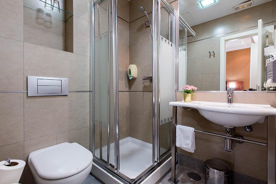 Habitación doble 2 camas Hostal Abadía en Madrid centro Cuarto de baño con secador de cabello