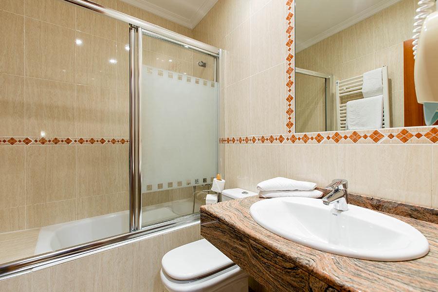 Habitación doble 2 camas Hostal Abadía en Madrid centro con cuarto baño dentro habitación