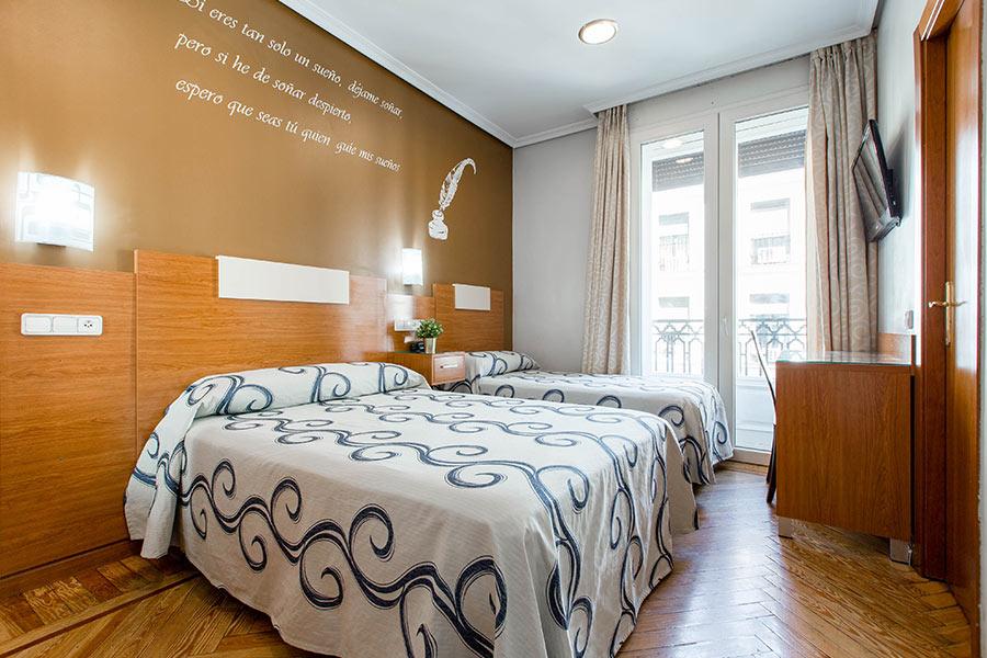 Habitación doble 2 camas Hostal Abadía en Madrid centro con Armario