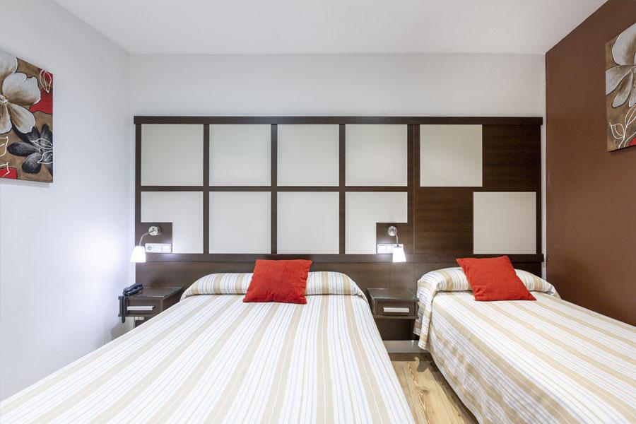 Habitación doble 2 camas Hostal Abadía en Madrid centro formato para tres personas