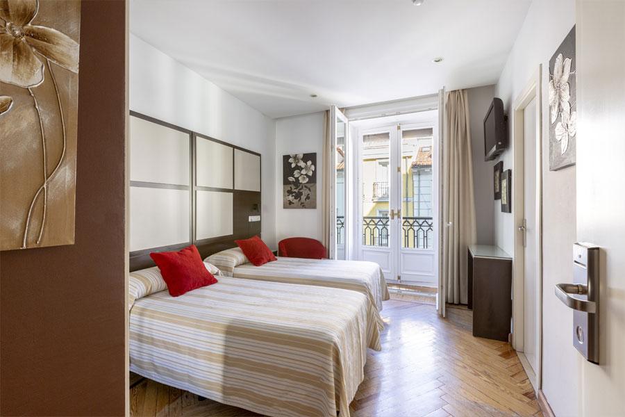 Habitación doble 2 camas Hostal Abadía en Madrid centro con WIFI y TV