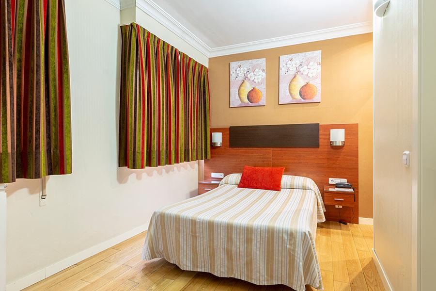 Habitación individual hostal Abadía Madrid centro con Armario y Escritorio