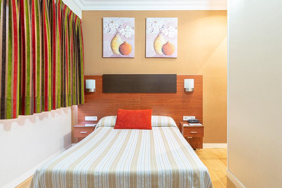 Habitación individual hostal Abadía Madrid centro con WIFI y TV
