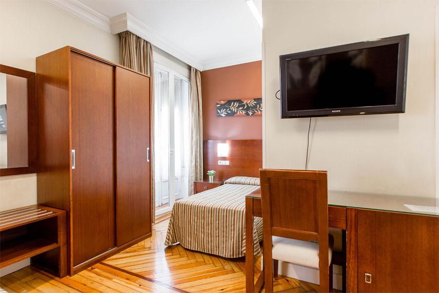Habitación triple Hostal Abadía Madrid centro con TV y escritorio