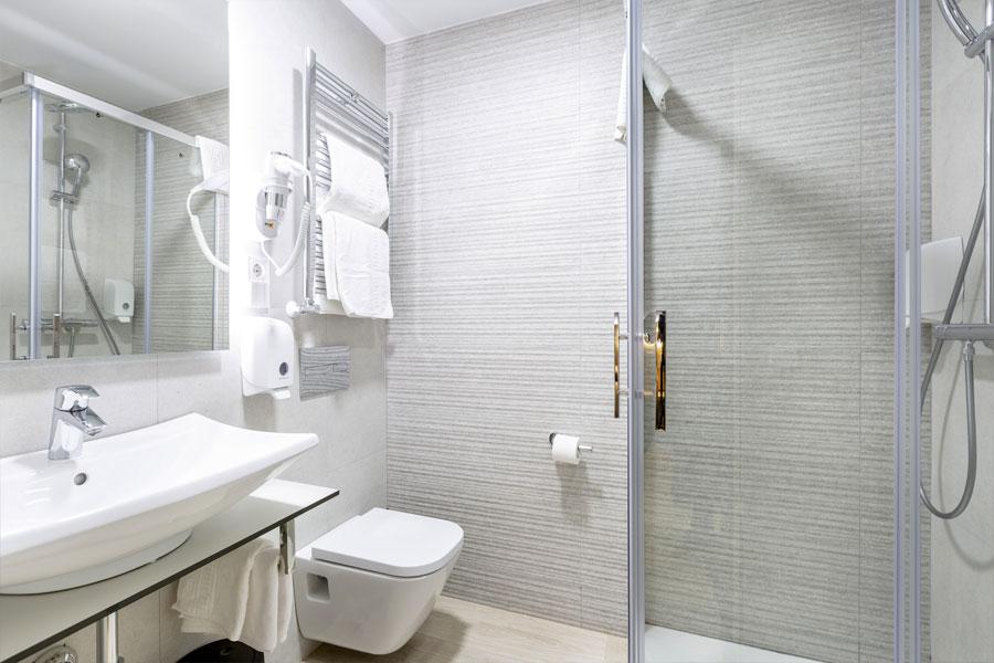 Habitación triple Hostal Abadía Madrid centro con Cuarto de baño con secador de cabello