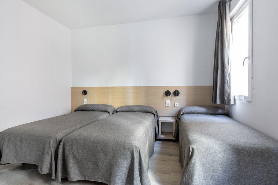 Habitación triple Hostal Abadía Madrid centro con tres camas individuales