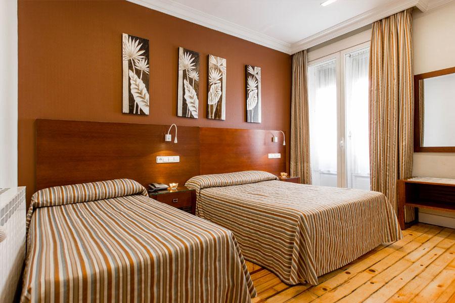 Habitación triple Hostal Abadía Madrid centro con dos camas dobles