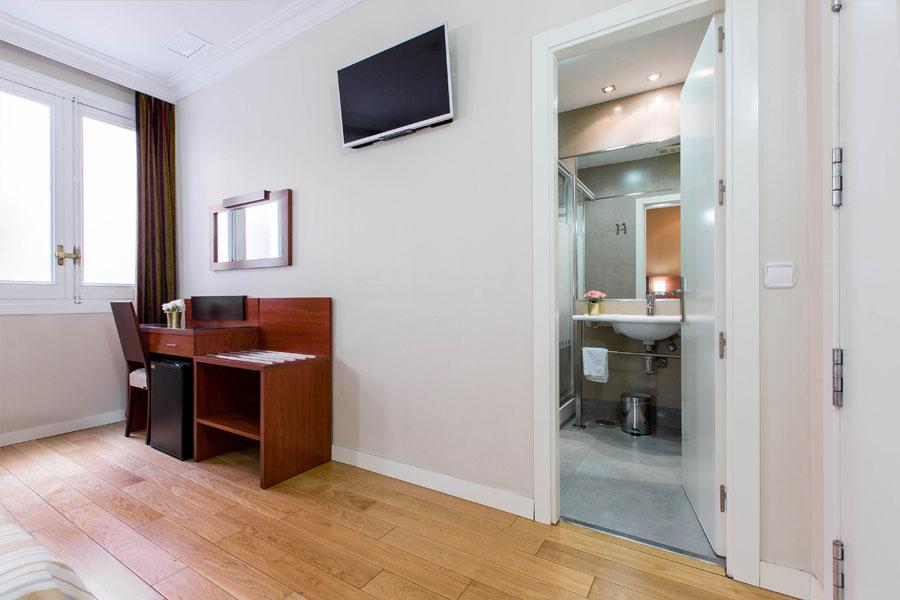 Habitación triple Hostal Abadía Madrid centro con cuarto de baño en la habitación