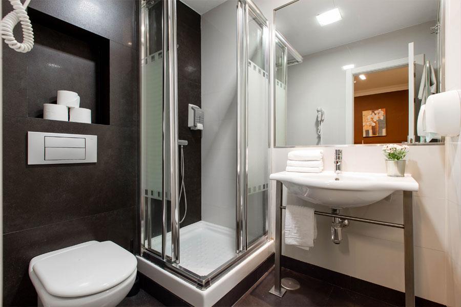 Habitación triple Hostal Abadía Madrid centro cuarto de baño privado con ducha