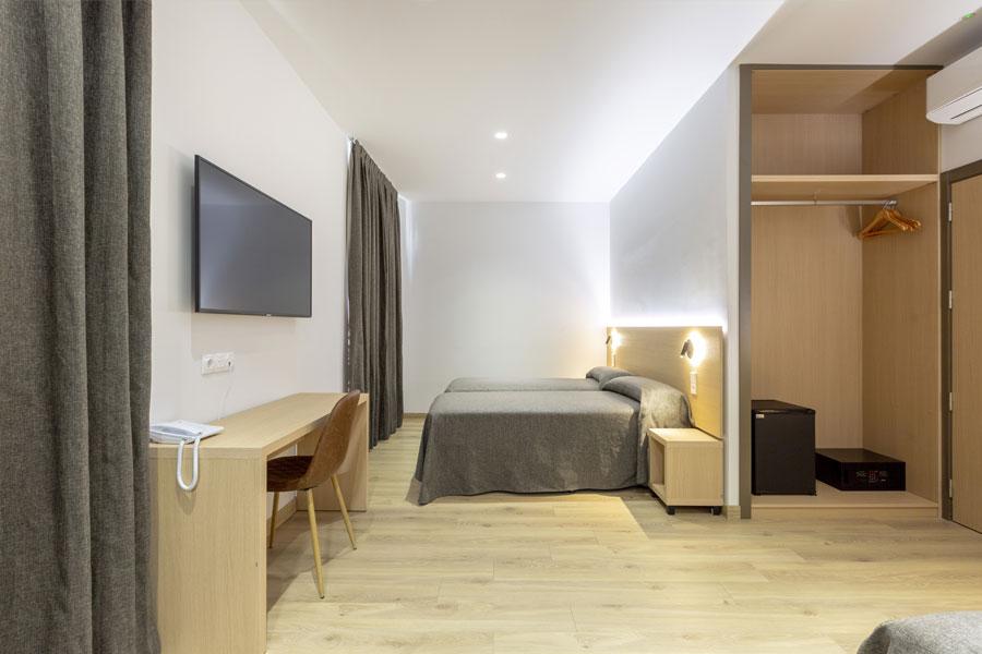 Habitación triple Hostal Abadía Madrid centro con aire acondicionado