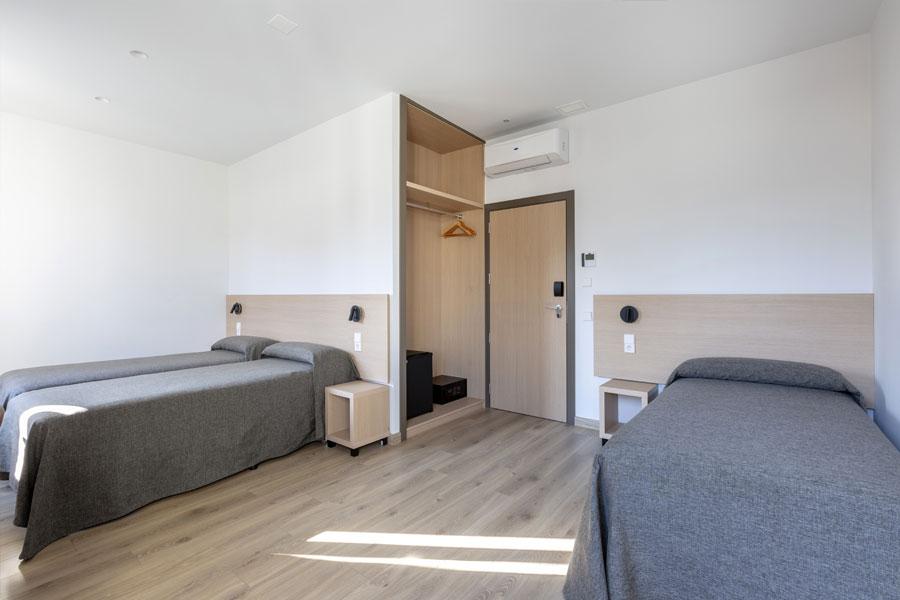 Habitación triple Hostal Abadía Madrid centro con armario y en formato separado